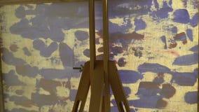 Mening van achter het canvas aangezien het met een borstel geschilderd is stock video
