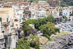 Mening van Acitrezza van de overzeese kant van Acicastello, Catani?, Sicili? stock afbeeldingen