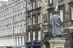 Mening van Adam Smith-standbeeld in Koninklijke Mijlstraat Edinburgh royalty-vrije stock fotografie