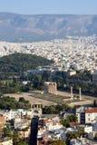 Mening van akropolis op kolommen van zeustempel in Athene Griekenland stock foto