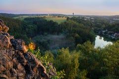Mening van Ales vooruitzicht aan Tsjechisch landschap in zonsondergang stock afbeeldingen