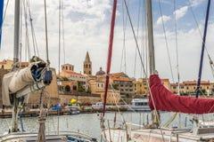 Mening van Alghero van de havenpier stock fotografie