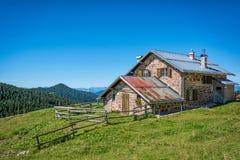 Mening van alpiene berg scenary met traditioneel oud bergchalet op een de zomerdag Dolomietbergen, Zuid-Tirol, Italië Stock Foto