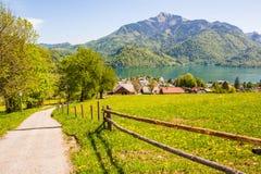 Mening van alpiene weide, Oostenrijkse stad StGilgen op Wolfgangsee-La Royalty-vrije Stock Afbeelding
