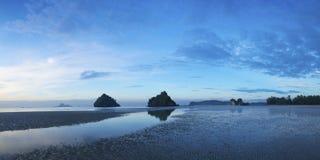 Mening van Ao Nang strand bij dageraad stock foto's