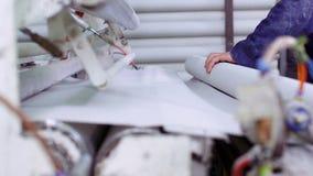 Mening van arbeider het werken in document recyclingsfabriek stock videobeelden
