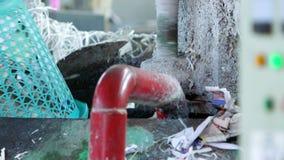 Mening van arbeider het werken in document recyclingsfabriek stock video
