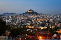 Mening van Athene door Lycabettus heuvel wordt overheerst die Beeld uit Anafiotika in de oude Stad wordt genomen die stock foto's