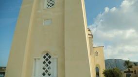 Mening van autoraam bij Kerk van Panagia Episkopi in klein dorp Mesa Gonia stock footage