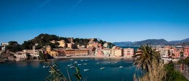 Mening van ` baia del silenzio ` in sestri levante Genua op een blauwe hemelachtergrond Royalty-vrije Stock Afbeeldingen