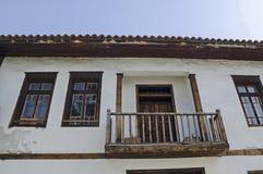 Mening van balkony, deur en vensters bij het authentieke oude huis van grijswitte antiquiteit Varosha royalty-vrije stock foto