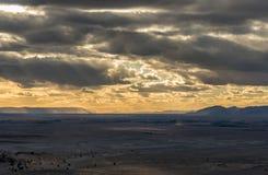 Mening van Bani-bergen van Zagora met dramatische hemel en wolken Stock Fotografie