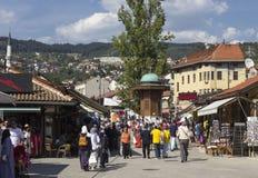 Mening van Bascarsija-vierkant met zijn fontein en een menigte van mensen Royalty-vrije Stock Fotografie