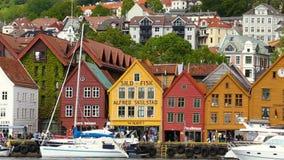 Mening van bekende Bryggen-straat wereldwijd in Bergen, Noorwegen, 07 Juni, 2015 stock video