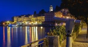 Mening van Belagio dichtbij Meer 's nachts Como royalty-vrije stock fotografie
