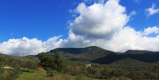 Mening van berg en bewolkte hemel royalty-vrije stock afbeelding