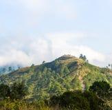 Mening van berg op blauwe hemel Stock Afbeeldingen