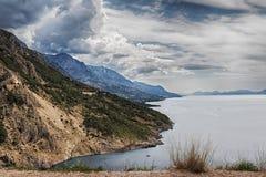 Mening van bergen door de Adriatische Overzeese kust en Omis en Makarska Riviera in Kroatië stock afbeeldingen