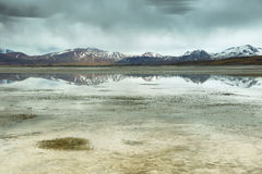 Mening van bergen en Aguas calientes of het zoute Meer van Piedras rojas in Sico-Pas Royalty-vrije Stock Afbeelding
