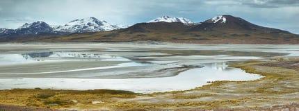 Mening van bergen en Aguas calientes of het zoute Meer van Piedras rojas in Sico-Pas Stock Foto's