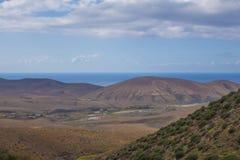 Mening van bergen en hemel in de Canarische Eilanden Las van Fuerteventura Royalty-vrije Stock Foto's