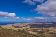 Mening van bergen en overzees en een blauwe hemel in Fuerteventura Canar Stock Foto's