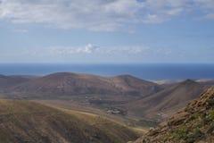 Mening van bergen en overzees en hemel in Fuerteventura-islan Kanarie Royalty-vrije Stock Foto
