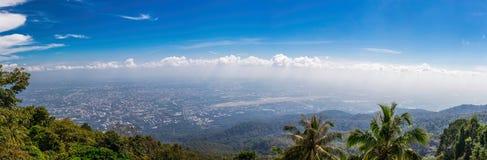 Mening van bergpieken, naald tropisch bospanorama Royalty-vrije Stock Foto's
