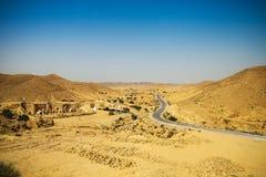 Mening van bergweg in de woestijn van de Sahara Royalty-vrije Stock Foto's