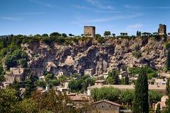 Mening van beroemde historische Falaise van Cotignac en zijn torens stock afbeeldingen