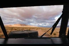 Mening van bestuurderspositie in SUV, die weg in Morocc afslaan Stock Foto's