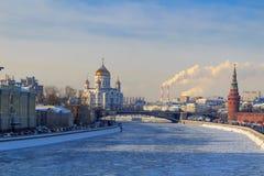 Mening van bevroren Moskva-rivier dichtbij Moskou het Kremlin in zonnige de winterdag stock fotografie