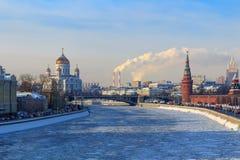 Mening van bevroren Moskva-rivier dichtbij Moskou het Kremlin in zonnige de winterdag royalty-vrije stock afbeeldingen
