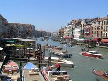 Mening van bezig kanaal in Venetië, Italië stock foto