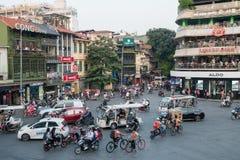 Mening van bezig verkeer in een kruising met vele motoren en voertuigen in Hanoi, hoofdstad van Vietnam royalty-vrije stock afbeelding