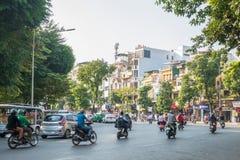 Mening van bezig verkeer in een kruising met vele motoren en voertuigen in het Oude Kwart van Hanoi, hoofdstad van Vietnam royalty-vrije stock afbeelding