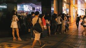 Mening van bezige straat en winkels van Hong Kong bij nacht Stock Foto's