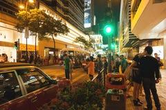 Mening van bezige straat en winkels van Hong Kong bij nacht Royalty-vrije Stock Fotografie