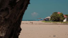 Mening van bijna leeg strand van achter een rots stock video