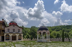 Mening van binnenste gedeeltewerf met nieuw kloosterhuis, alkoof en nieuwe kerk, in het herstelde klooster van Inwoner van Monten Royalty-vrije Stock Afbeeldingen