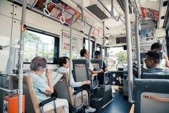 Mening van binnenuit bus met passagiers in Fukuoka, Japan stock foto