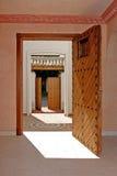 Mening van binnenuit een huis, dat door twee open deuropeningen kijkt. Royalty-vrije Stock Foto's