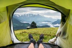Mening van binnenuit een tent op de oude keet en de bergen Stock Afbeeldingen