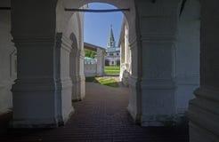 Mening van binnenuit galery van een orthodoxe kerk op oude toren Stock Foto's