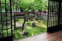 Mening van binnenuit over een Japanse tuin in Kyoto Stock Foto's