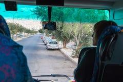 Mening van binnenuit van toeristisch bushoogtepunt van passagiers dat toeristen die naar excursie gaan is royalty-vrije stock fotografie