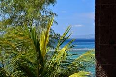 Mening van blauwe baai met groene tropische installaties Stock Foto