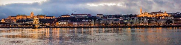 Mening van Boedapest over Donau en de kasteelheuvel in de avond Boedapest, Hongarije Stock Afbeelding