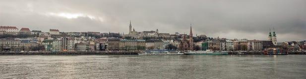 Mening van Boedapest over Donau en de kasteelheuvel in de herfst Boedapest, Hongarije Stock Foto