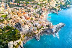 Mening van Bogliasco Bogliasco is een oud visserijdorp in Italië, Genua, Ligurië Middellandse Zee, zandig strand en stock fotografie